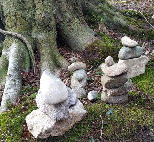 Steinkunst im Wald